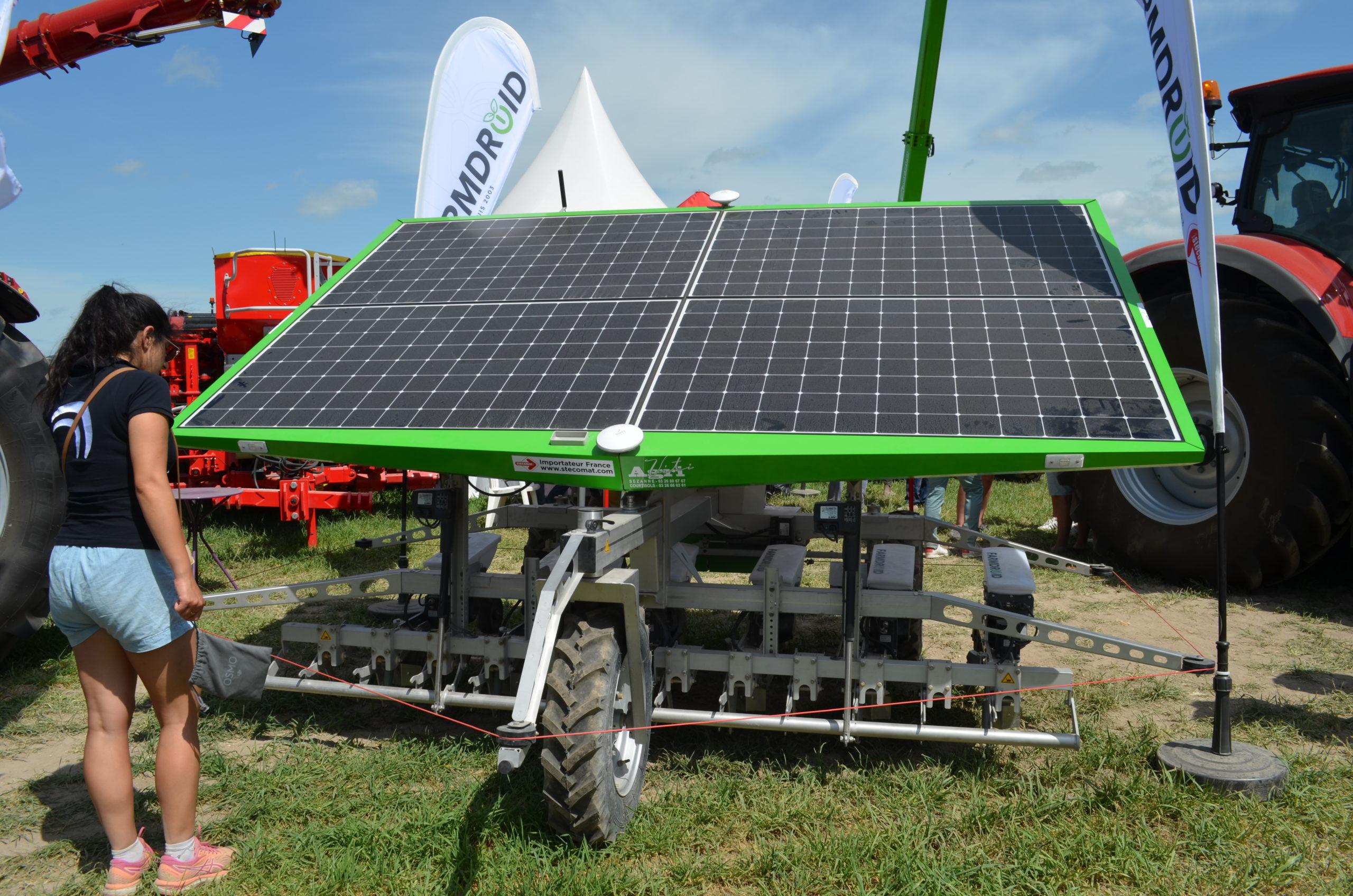 Vu d'ensemble robot de désherbage autonome FarmDroid - Panneau solaire